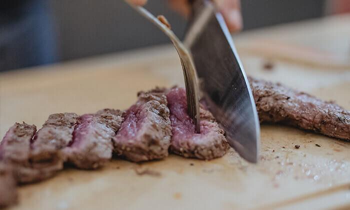 2 מבשלים חוויה ביפו - ערב הכולל בשר, אלכוהול וסדנת נתח קצבים