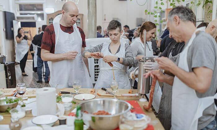 9 מבשלים חוויה ביפו - ערב הכולל בשר, אלכוהול וסדנת נתח קצבים