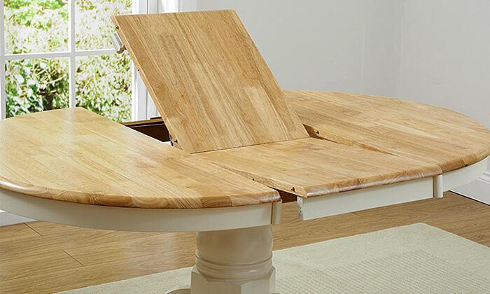 3 שמרת הזורע: פינת אוכל כוללת שולחן עגול ו-4 כיסאות