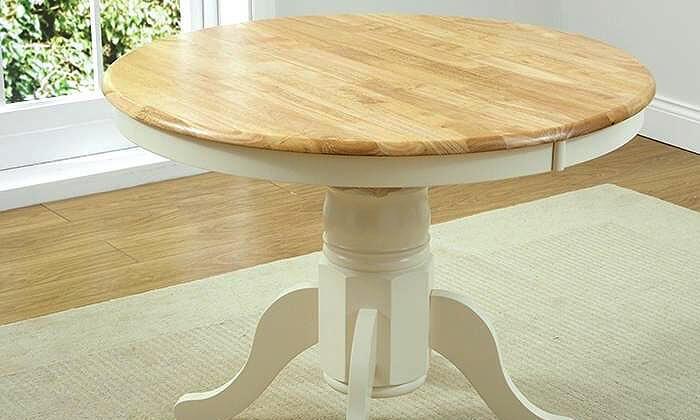 4 שמרת הזורע: פינת אוכל כוללת שולחן עגול ו-4 כיסאות