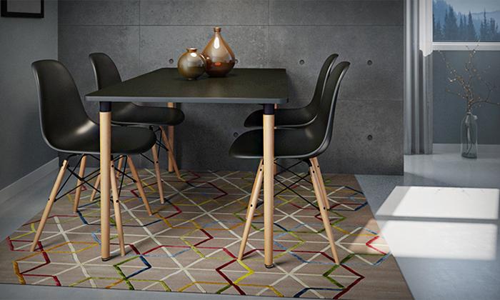 11 שולחן אוכל וארבעה כיסאות