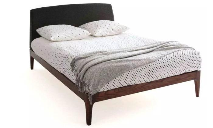 5 מיטה זוגית בעלת ראש מרופד ושידת לילה