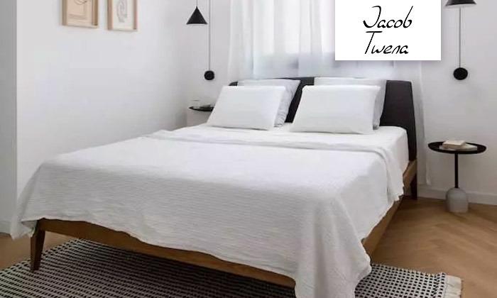 2 מיטה זוגית בעלת ראש מרופד ושידת לילה
