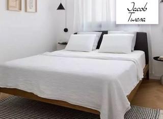 מיטה זוגית עם ראש מרופד ושידה