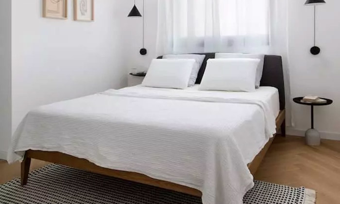 8 מיטה זוגית בעלת ראש מרופד ושידת לילה