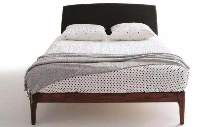3 מיטה זוגית בעלת ראש מרופד ושידת לילה