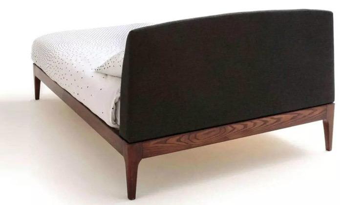 4 מיטה זוגית בעלת ראש מרופד ושידת לילה
