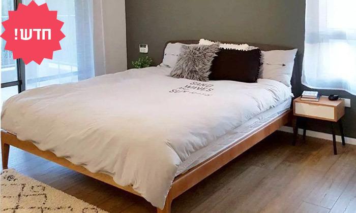 7 מיטה זוגית מעץ מלא עם ראש מיטה מרופד